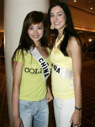 Miss Universe contestant, Siyuan Tao of China, and Natalie Glebova of Canada pose for a picture in Bangkok, on Friday, May 20, 2005. The annual international beauty pageant is set to conclude May 31, 2005. (AP Photo/Sakchai Lalit)